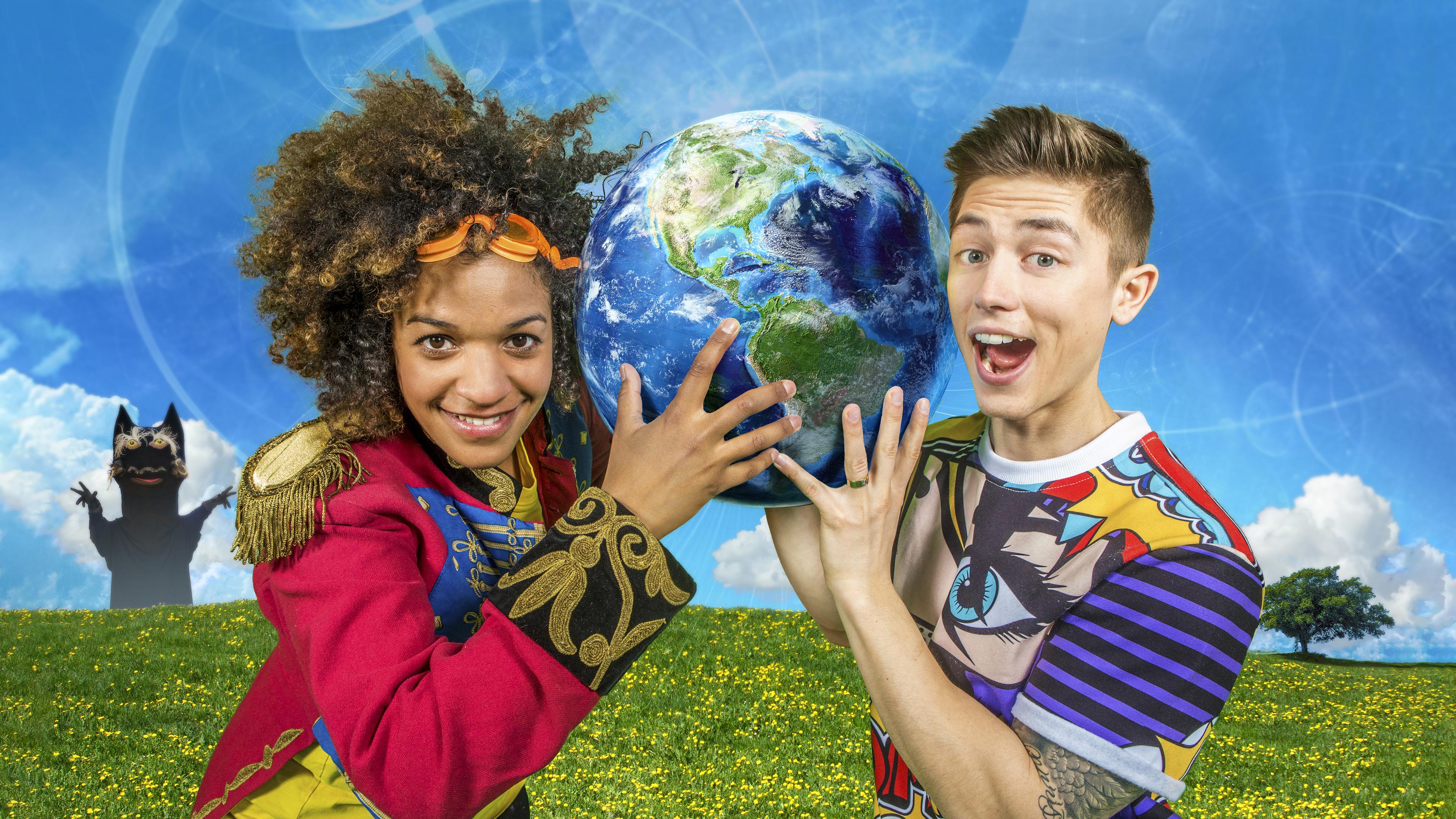 Bild på en äng föreställandes karaktären Sommarskuggan, Angelika Prick och Alex Hermansson.